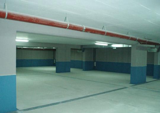 Garaža je osvjetljena i opremljena ventilacijom
